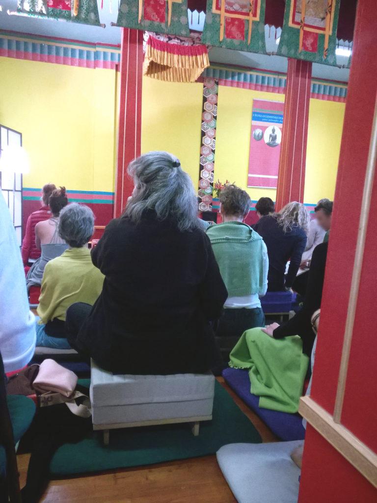 salle avec méditants