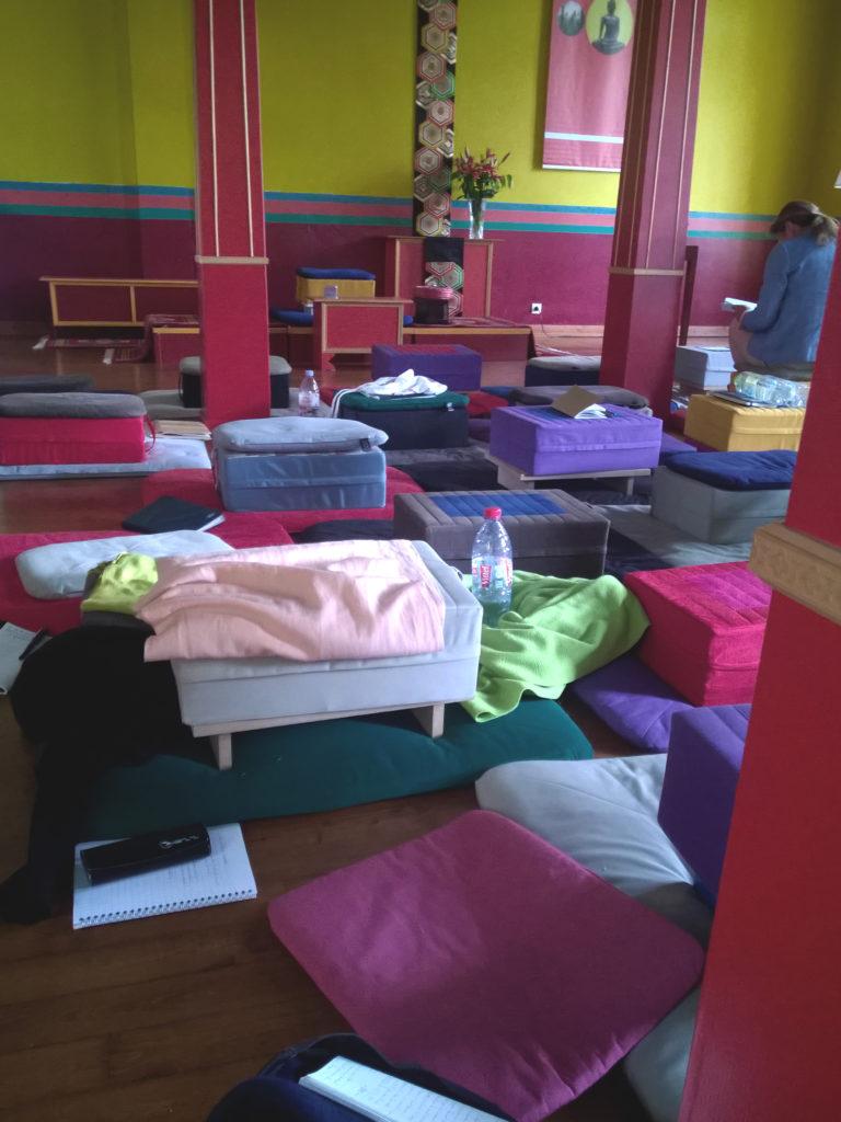 salle avec coussin de méditation